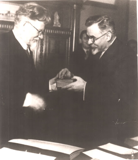 Петровский-вручает-орден-Ленина-Калинину,-Москва,-1935-р.