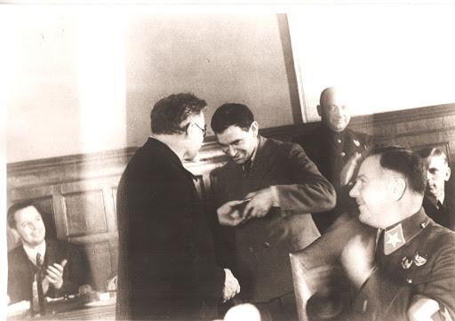 Петровский-вручает-орден-Ленина-Хатаєвичу,-1935-г.